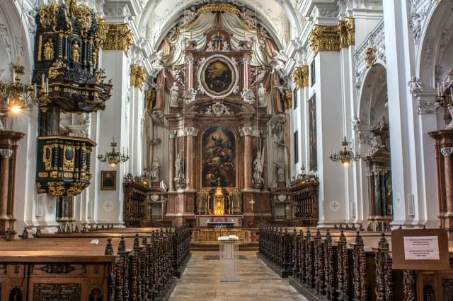 Het barokke interieur van de Oude Dom