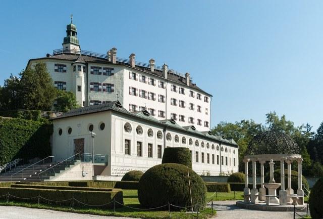 Schloss Ambras met de Spaanse zaal op de voorgrond