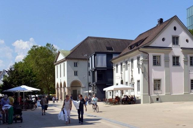 Het Landestheater aan de Kornmarktplatz (achteraan)