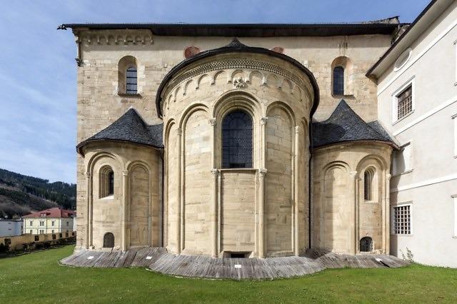 De romaanse apsis van de kerk