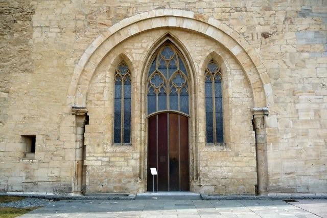 De poort met gotische ramen