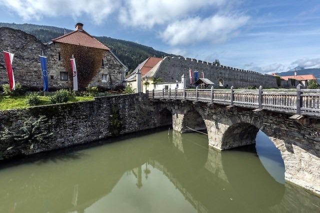 De stadsmuren van Friesach