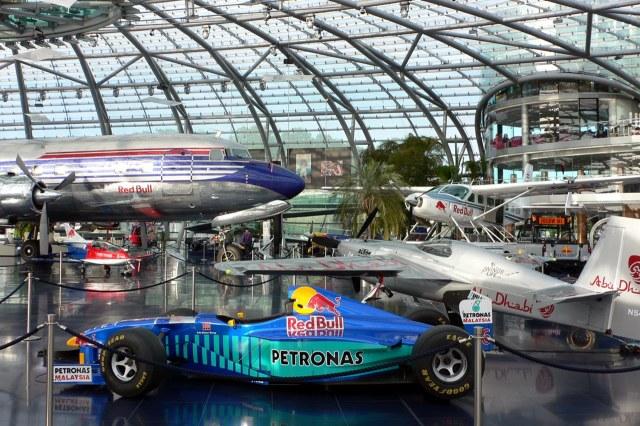 Een bonte verzameling vliegtuigen en racewagens