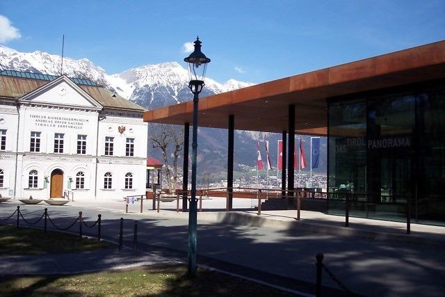 Het Tirol Panorama staat tegenover het museum