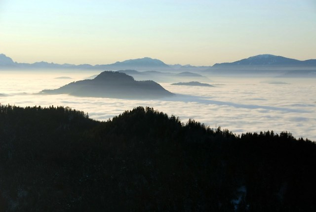 De Ulrichsberg met het mist in het dal