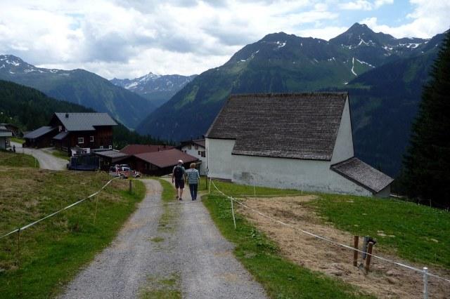 Vlakbij het bergstation met de Kristbergkirche rechts