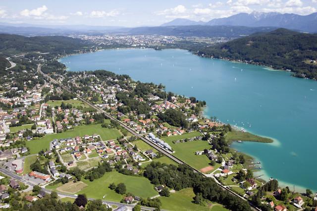 Krumpendorf met Klagenfurt in de achtergrond