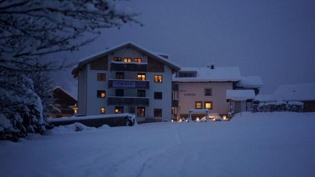 De gebouwen van Laijola tijdens de winter