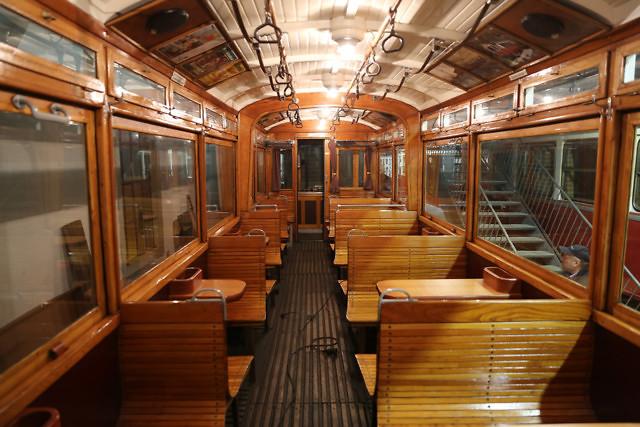In een van de oude trams