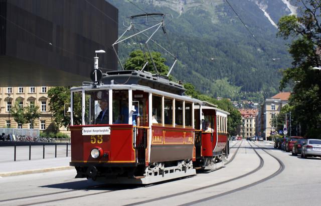 Een historische tram onderweg