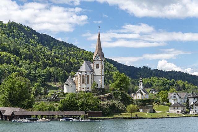 De parochiekerk met de Winterkirche in de achtergrond