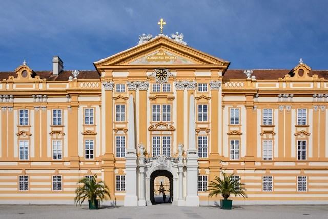 De oostelijke façade van de abdij