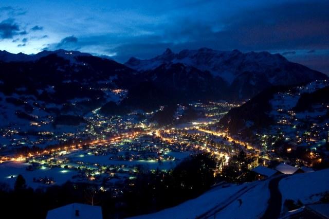 Het dorp Schruns in de winter