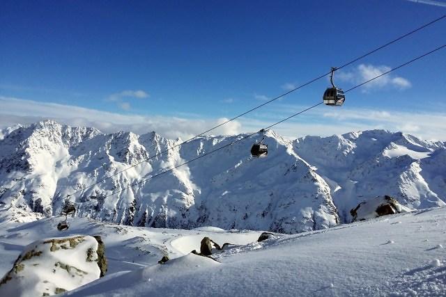 Een skilift hoog boven de besneeuwde bergen van Tirol