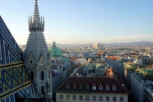 Uitzicht over Wenen vanaf de Stephansdom, de kathedraal van de stad