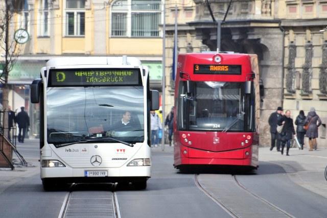 Een bus en een tram in Innsbruck