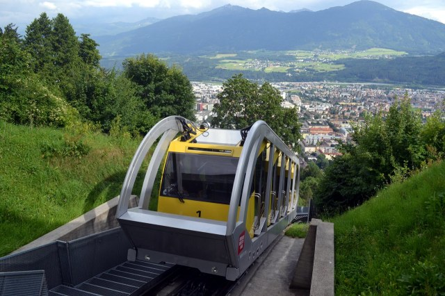 De moderne Hungerburgbahn van Innsbruck