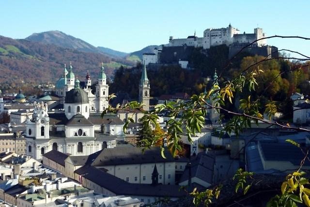De binnenstad van Salzburg met Hohensalzburg op de achtergrond