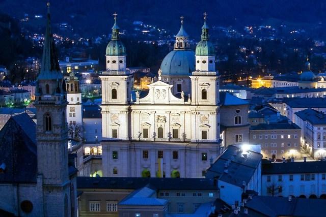 De Dom van Salzburg in de avond