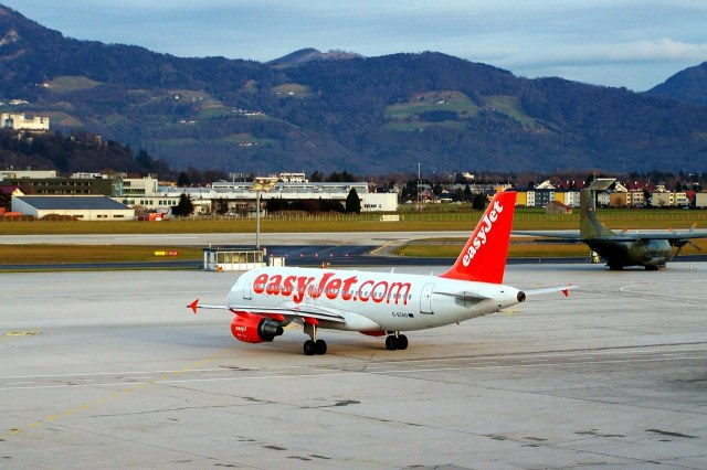 Een vliegtuig van easyJet op Salzburg Airport