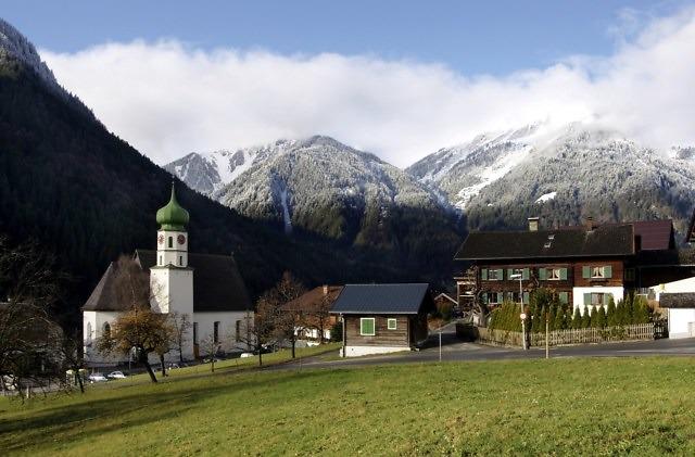 Sankt Gallenkirch met half besneeuwde bergen