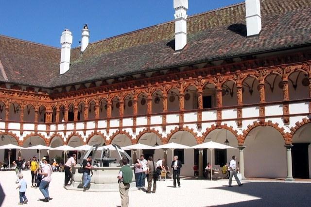 De binnenplaats van het renaissanceslot