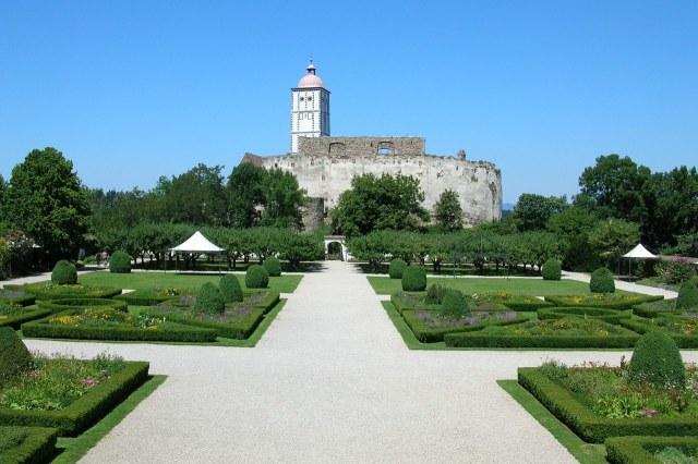 Tuinen van Schloss Schallaburg met het middeleeuwse deel van het kasteel