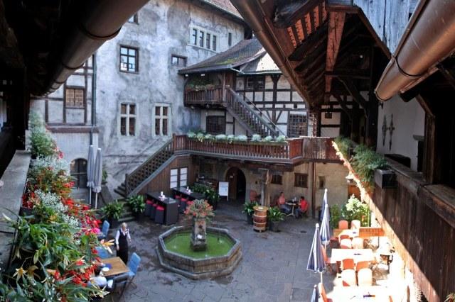 De binnenplaats van het kasteel