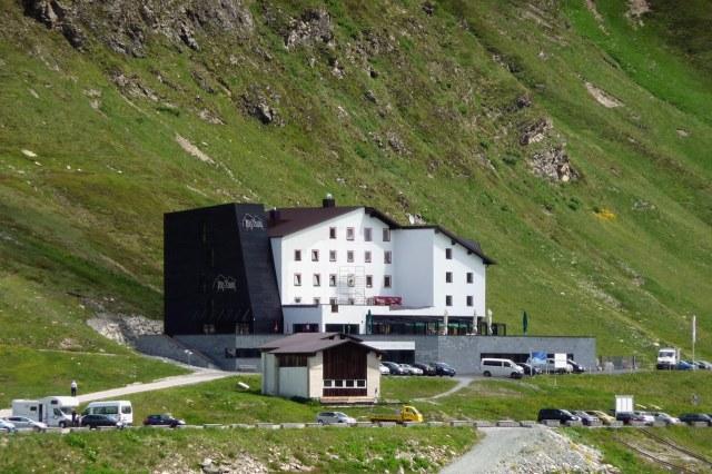 Hotel aan de oever van het stuwmeer