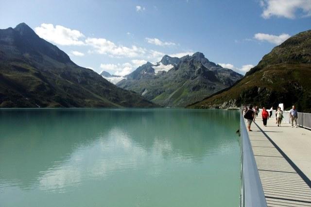 Het stuwmeer met gletsjers op de achtergrond