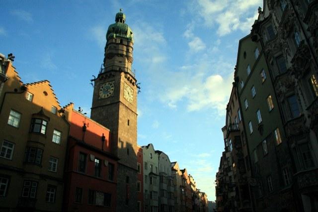Door de nauwe straat is de toren lastig te fotograferen