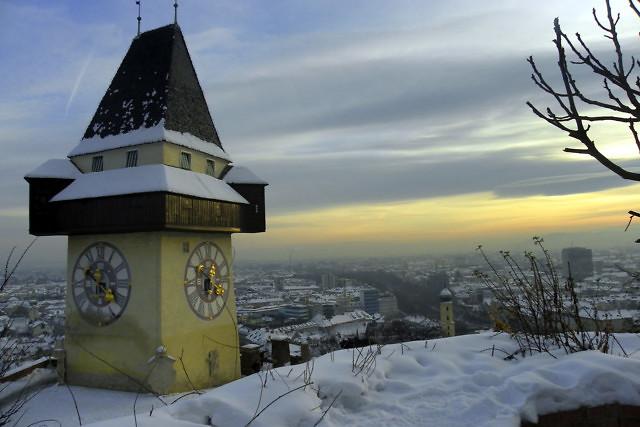 De Uhrturm in de winter