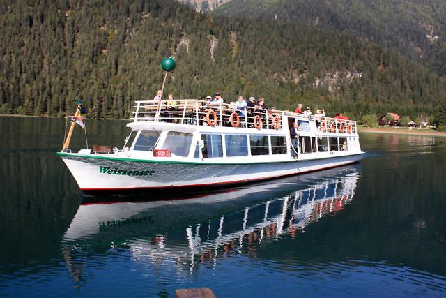 Een rondvaartboot op de Weißensee