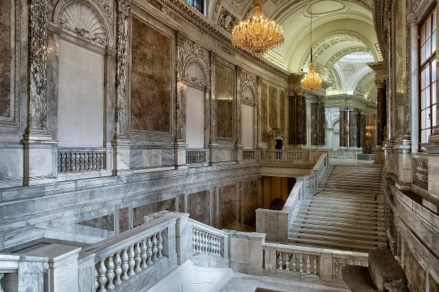 Een trappenhuis binnenin de Hofburg
